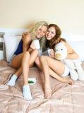 Deux amis à la maison Photographie stock libre de droits