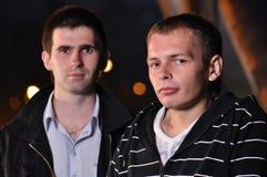 Deux amis à la rue de nuit Image libre de droits