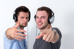 Deux amis écoutant la musique Image stock