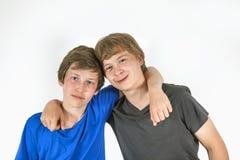 Deux amis étreignant et posant Photo libre de droits