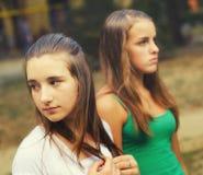 Deux amis adolescents dans le milieu urbain Image libre de droits