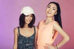 Deux amis adolescents dans le studio Photographie stock libre de droits