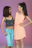 Deux amis adolescents dans le studio Photos stock