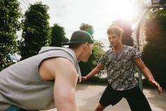 Deux amis adolescents jouant le basket-ball Images libres de droits