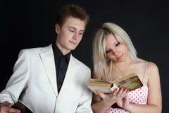 Deux amis affichant un livre Photographie stock