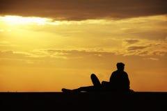 Deux amis appréciant la vue de coucher du soleil Images stock