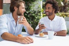 Deux amis appréciant le café ensemble Images libres de droits