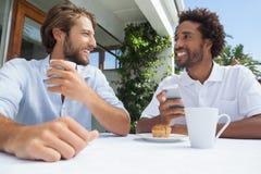 Deux amis appréciant le café ensemble Photo stock