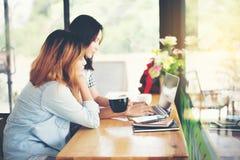 Deux amis appréciant le café ensemble dans un café Photo libre de droits