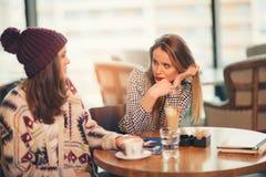 Deux amis appréciant le café ensemble dans un café Image stock