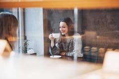 Deux amis appréciant le café ensemble dans un café comme ils se reposent à une causerie de table Photo stock