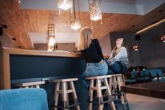 Deux amis appréciant le café ensemble dans un café comme ils se reposent à une causerie de table Photo libre de droits