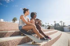 Deux amis assez féminins détendant sur des escaliers dehors Images stock