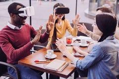 Deux amis attirants apprenant VR Photographie stock libre de droits