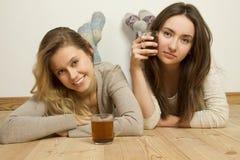 Deux amis attirants buvant du thé Images stock