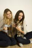 Deux amis attirants buvant du thé Photo libre de droits
