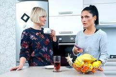 Deux amis attirants de femme buvant le café et parler Photo libre de droits