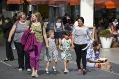 Deux amis avec des enfants vont au centre de Southbank Images stock