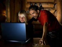 Deux amis avec l'ordinateur portatif Photos libres de droits