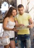 Deux amis avec la carte dans la rue Photos stock