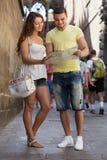 Deux amis avec la carte dans la rue Image libre de droits