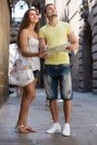 Deux amis avec la carte dans la rue Photo stock