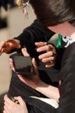 Deux amis avec le dispositif de regard extérieur de téléphone intelligent Photographie stock libre de droits