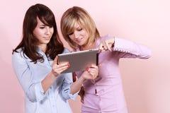 Deux amis avec le PC de tablette Image stock