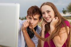 Deux amis avec le téléphone portable prenant des selfies Jeunes adultes Photographie stock