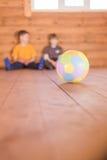 Deux amis avec une boule Photo libre de droits