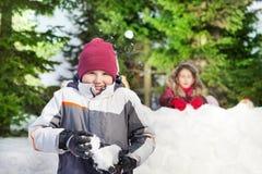 Deux amis ayant le combat de boule de neige Images stock