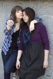 Deux amis ayant un souffle avec un téléphone. Images stock