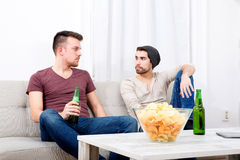 Deux amis ayant une conversation dans le salon Image libre de droits
