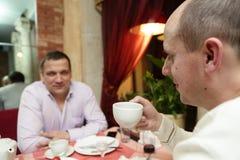 Deux amis buvant du thé Photographie stock