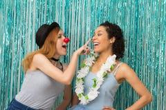 Deux amis célèbrent Carnaval Couleur bleue prédominante Fu Photographie stock libre de droits