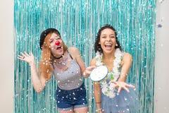 Deux amis célèbrent Carnaval Couleur bleue prédominante Ra Image stock