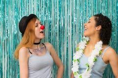 Deux amis célèbrent Carnaval Couleur bleue prédominante Re Photo stock