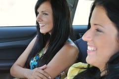 Deux amis conduisant dans le véhicule Photos libres de droits