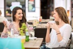 Deux amis détendant et buvant du café, pause-café Photographie stock libre de droits
