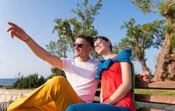 Deux amis détendant sur le banc après une balade Images libres de droits