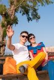Deux amis détendant sur le banc après une balade Image libre de droits