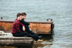 Deux amis détendant sur le pilier Images libres de droits
