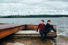 Deux amis détendant sur le pilier Photo libre de droits