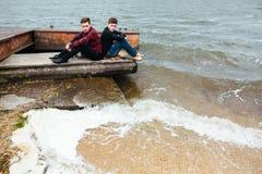 Deux amis détendant sur le pilier Image stock
