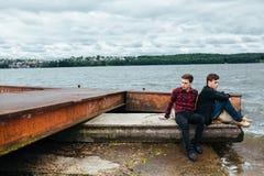 Deux amis détendant sur le pilier Images stock