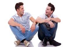 Deux amis d'hommes regardant un l'autre Image libre de droits