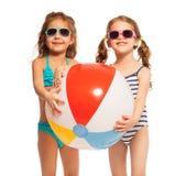 Deux amis dans des lunettes de soleil tenant la grande vent-boule Photo libre de droits
