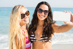 deux amis dans des maillots de bain prenant un selfie Photographie stock