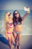 deux amis dans des maillots de bain prenant un selfie Images libres de droits