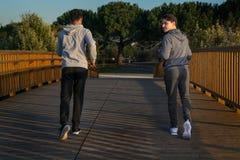 Deux amis dans des vêtements de sport photo libre de droits